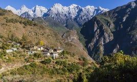 飞跃云南风景的老虎峡谷 免版税图库摄影