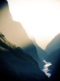 飞跃峡谷中国的Sunst老虎 库存照片
