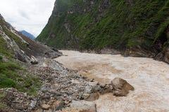 飞跃峡谷丽江的老虎 图库摄影