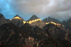 飞跃峡谷和裕隆Xueshan的老虎山脉在云南,中国 免版税库存图片