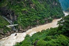 飞跃峡谷的老虎在中国 次幂水 免版税库存图片
