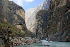 飞跃峡谷的老虎在丽江,云南,中国附近 免版税库存图片