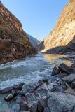 飞跃峡谷风景的香格里拉老虎 免版税库存照片