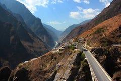 飞跃峡谷,中国的老虎风景 免版税库存照片