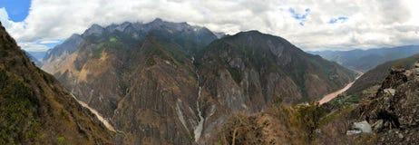 飞跃峡谷,云南,中国的老虎 免版税库存图片