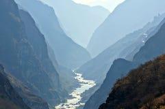 飞跃峡谷(hutiaoxia)的老虎在丽江, Yunn附近 库存图片