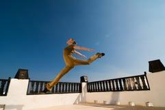 飞跃瑜伽的舞蹈演员 库存照片