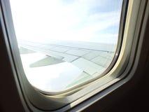 飞过乘客飞机蓝天和云彩作为航空器的进行下去的窗口 库存照片