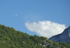 飞过滑翔机的阿尔卑斯 免版税库存图片