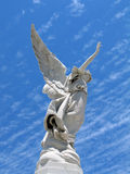 飞过的天使雕象 库存照片
