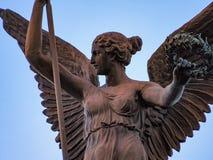 飞过的妇女雕象 免版税库存照片