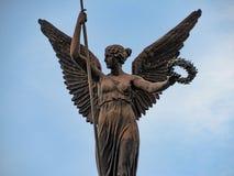 飞过的妇女雕象 库存图片