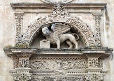 飞过的狮子和书雕象,圣马克,莱切的标志的特写镜头视图 免版税库存照片