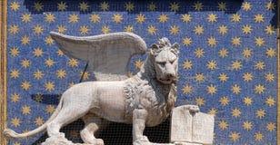 飞过的狮子的雕象在圣马克` s钟楼的在威尼斯 免版税库存图片