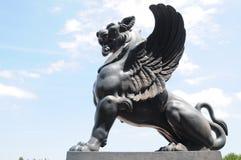 飞过的狮子雕塑 免版税库存照片