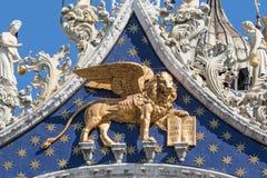 飞过的狮子雕象特写镜头视图  符号威尼斯 库存图片