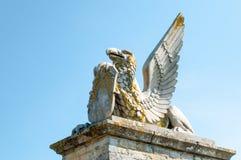 飞过的神话人物的雕象 免版税库存照片