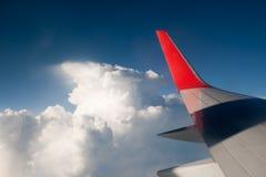 飞过航空器反对蓝天和云彩 免版税库存照片