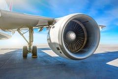 飞过航空器的喷气机引擎在停车场的在机场围裙在一个晴天 库存图片