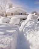 从飞雪的积雪的议院 免版税库存照片