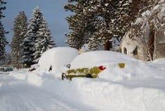 飞雪被埋没的汽车 免版税库存图片