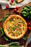 素食乳蛋饼用西红柿和绿色芦笋 图库摄影
