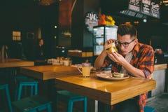 食人在餐馆和享用可口食物 库存照片