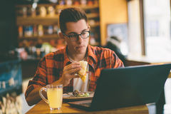 食人在餐馆和享用可口食物 免版税图库摄影