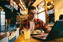 食人在餐馆和享用可口食物 免版税库存图片