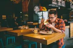 食人在餐馆和享用可口食物 免版税库存照片