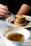 年轻食人巧克力蛋糕 免版税库存图片