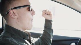 食人汉堡在汽车的轮子 不健康的食物 股票视频