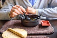 食人的大酱汤在一家传统日本餐馆 库存图片