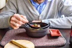 食人的大酱汤在一家传统日本餐馆 免版税库存照片