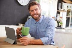 食人的早餐,使用数字式片剂和电话 免版税库存图片