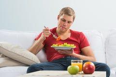 年轻食人的素食沙拉 库存照片