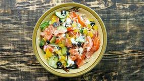 素食低热值希腊沙拉准备顶视图柠檬汁加法片刻 在菜上的倾吐的柠檬汁 库存照片