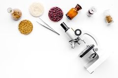 食品安全性 麦子、米和红豆在显微镜附近在白色背景顶视图拷贝空间 免版税库存照片