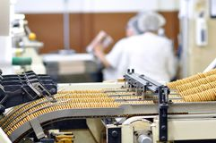 食品工业-饼干生产在传动机的一家工厂是 免版税库存图片
