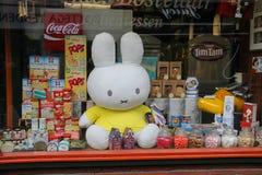 食品店橱窗用一个大可膨胀的野兔在乌得勒支,荷兰 免版税库存图片