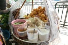 食品成分、咖喱饭炸丸子泰国沙拉,被发酵的猪肉、姜和花生,薯类Naem Khao Thot,曼谷,泰国 免版税库存图片
