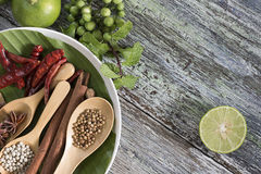 食品成分、干胡椒、八角、辣椒和石灰在木桌上 库存照片