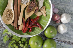 食品成分、干胡椒、八角、辣椒和石灰在木桌上 免版税库存照片