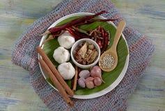 食品成分,干胡椒,八角,烘干了辣椒和桂香在木桌上 免版税库存照片