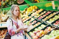食品购物的少妇在超级市场 免版税图库摄影