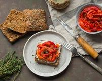 素食多士用被烘烤的胡椒和乳脂干酪 库存照片