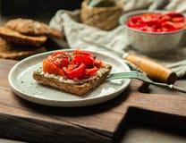素食多士用被烘烤的胡椒和乳脂干酪 免版税库存图片