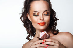 食家。拿着不健康的食物-开胃巧克力松饼的妇女 免版税库存照片