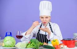 食家主菜食谱 可口食谱概念 帽子和围裙的女孩 烹调健康的食物 农业新鲜市场产品蔬菜 库存图片