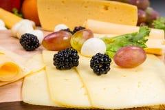 食家乳酪板开胃菜用新鲜水果 免版税库存照片